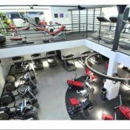 Salle de musculation avec piscine